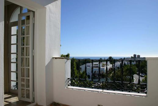 Exclusive end-of-terrace house with a sea view