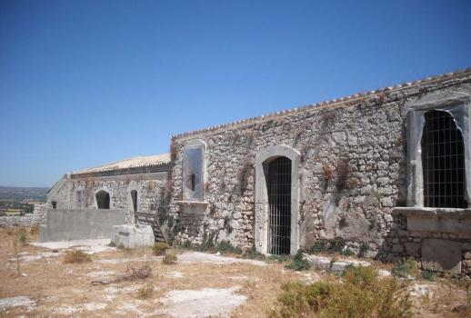 Country house with large plot of land in Avola