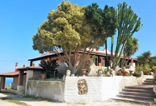 Characteristic villa with swimming pool and spectacular views of the sea and the Etna volcano