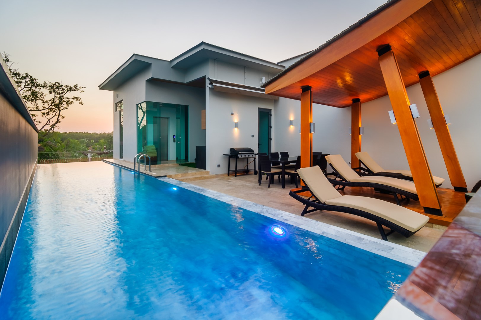 A luxury villa with infinity pool on the island of phuket for Villas with infinity pools