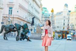 Junge Frau spaziert durch Wiener Altstadt.