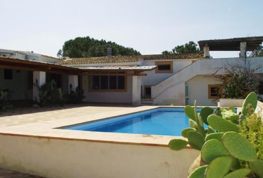 Beautiful villa with pool and direct access to the beach