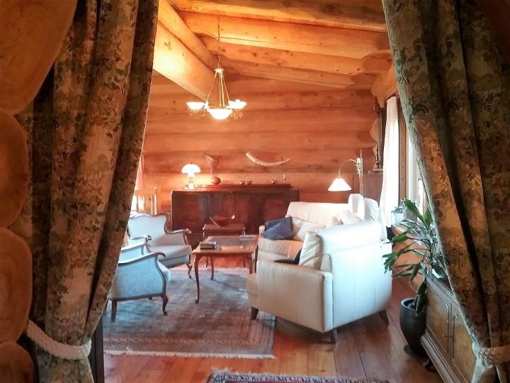 Exceptional Canadian-style log house for sale