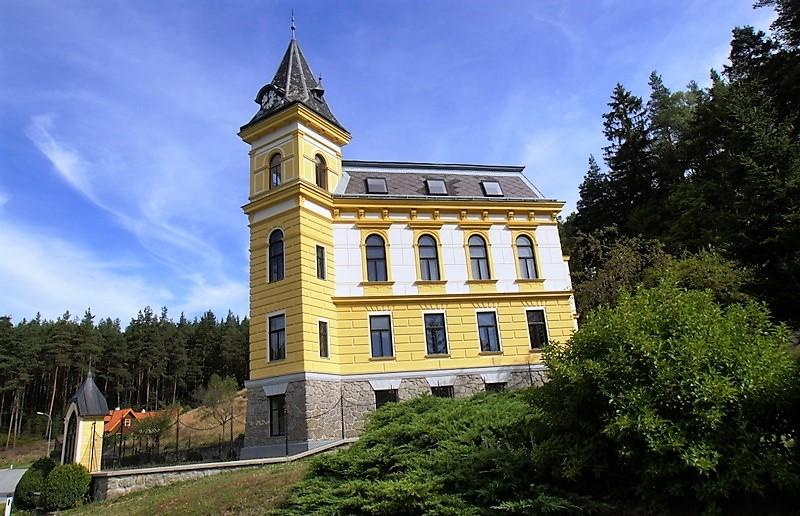 Residence Schloss Harruck - representative-historic manor house with large plot of land