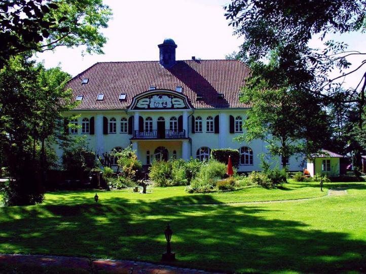 Holenwisch Castle with a beautiful park in the Kehdinger Land on the Elbe