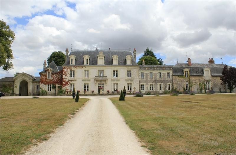 Castle with 300 hectares of land and stables for horses