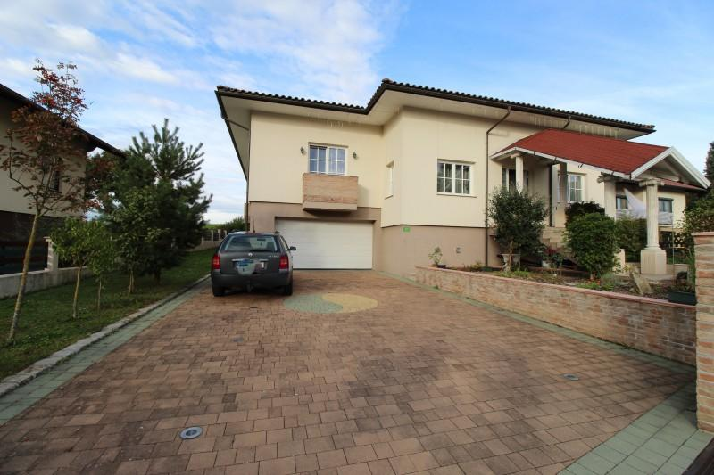 Top infrastructure - top quality - 5-room bungalow with large living cellar and garage